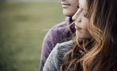 Le temps du couple. Couple qui se prend par la main